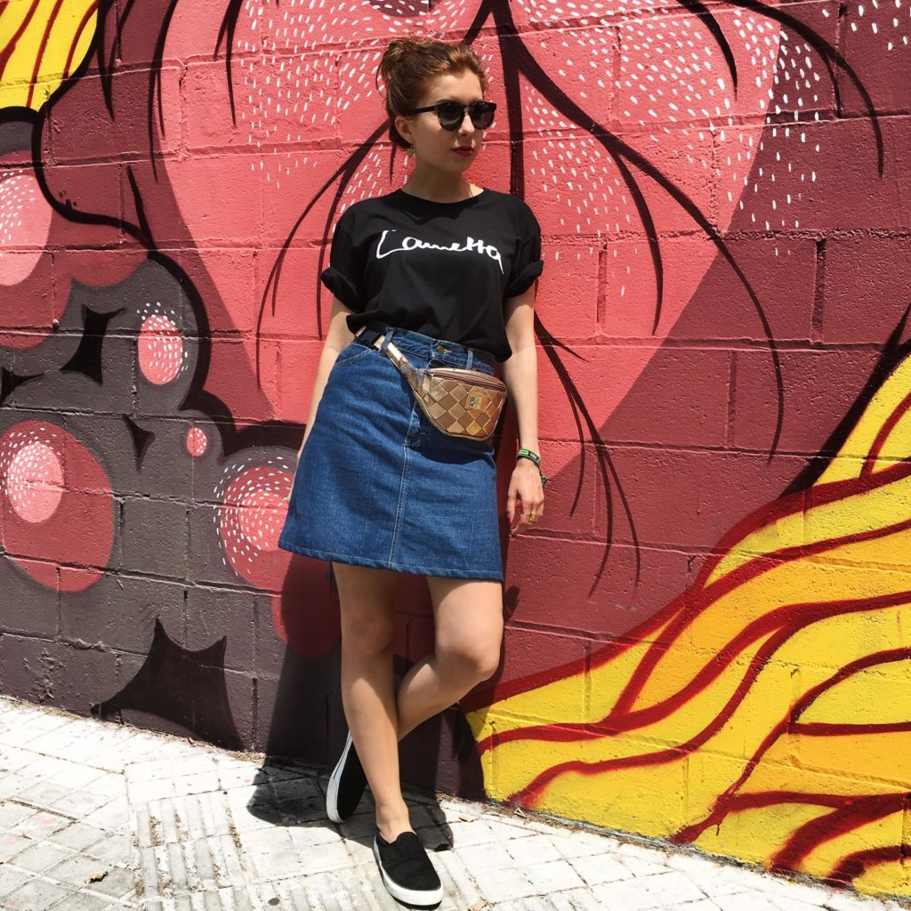Fair Fashion Outfit auf dem Modeblog Sloris mit T-Shirt von ONIMOS Clothing, second Hand Rock und Tasche, Ethletic Schuhen und Dick Moby Sonnenbrille in Barcelona aufs Primavera Festival!