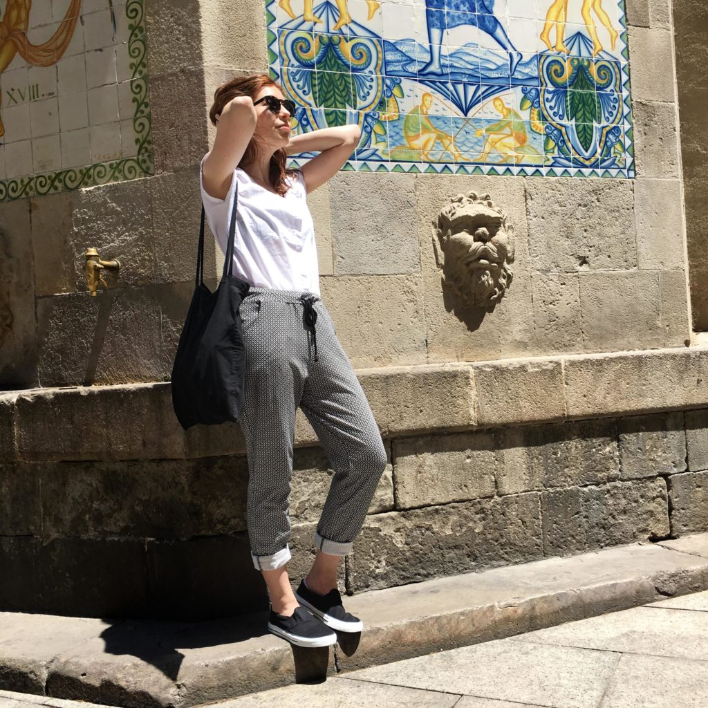 Sloris-Slow-Fashion-Outfit-Maas-Natur-Weisse-Bluse-Jerseyhose-Ethletic-Barcelona