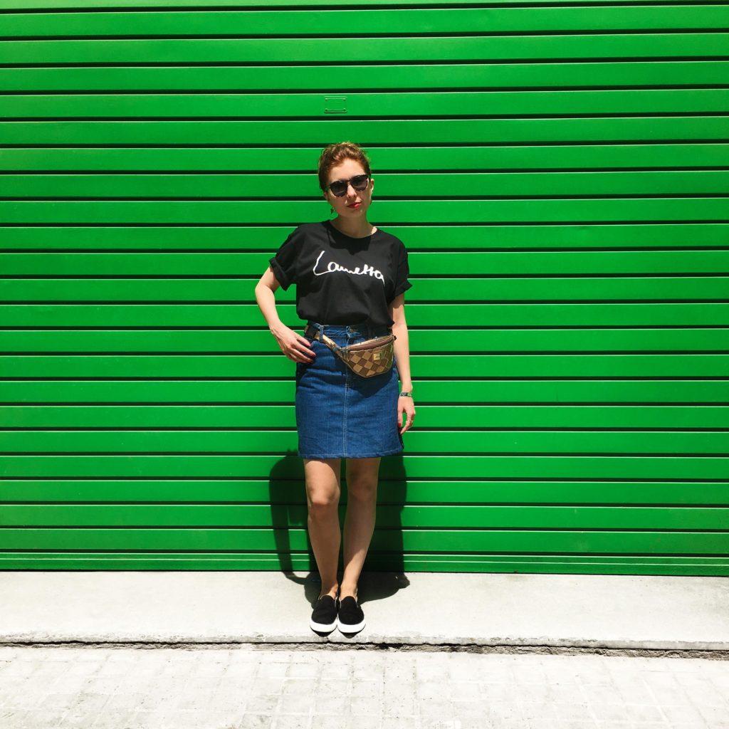 SLORIS-Slow-Fashion-Store-Onimos-Outfit-Lametta-TShirt-Lee-Jeans-Jeansrock-Barcelona_0000_Ebenenkomp. 1