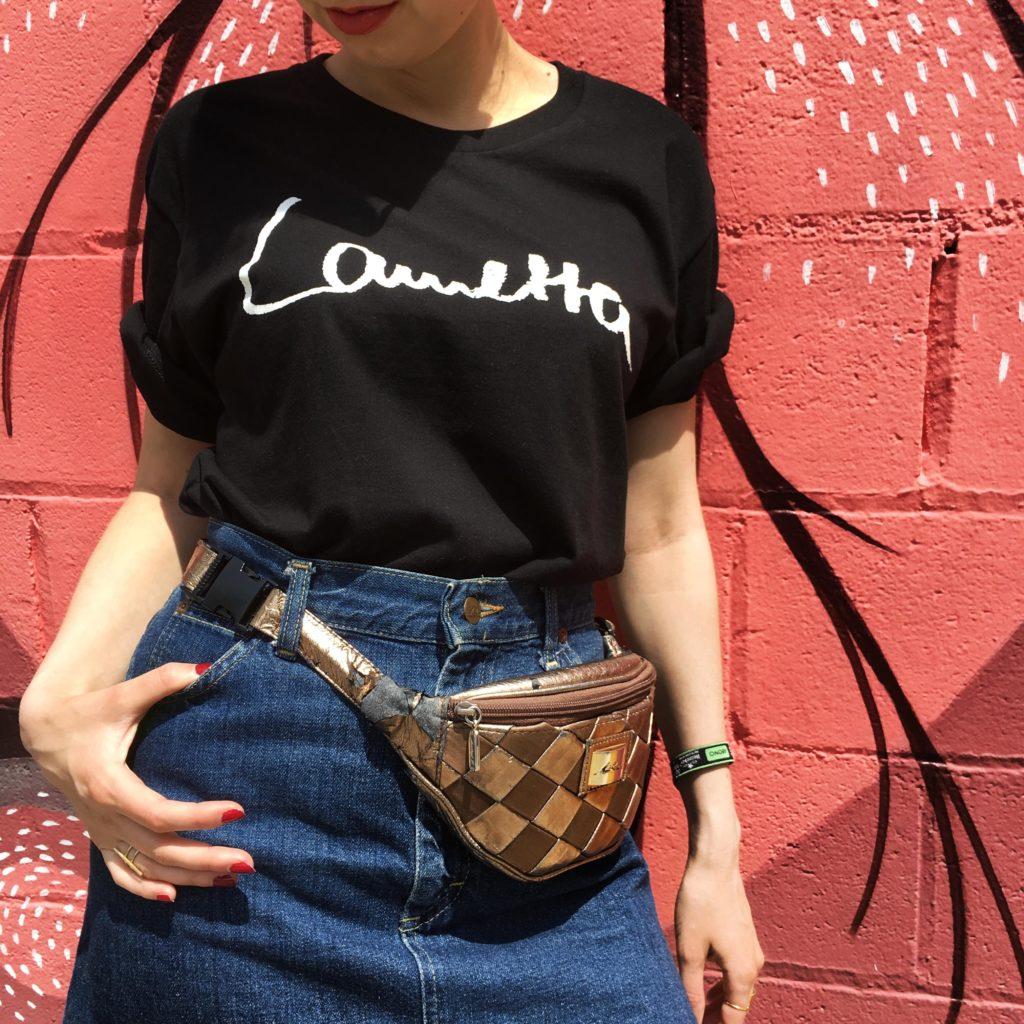 Fair Fashion Outfit auf dem Modeblog Sloris mit T-Shirt von ONIMOS Clothing, second Hand Rock und Tasche, Ethletic Schuhen und Dick Moby Sonnenbrille in Barcelona aufs Primavera Festival!